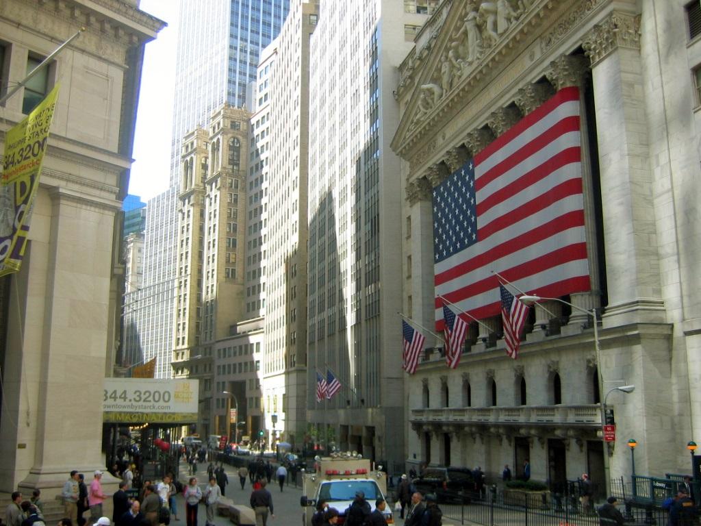 华尔街去年奖金大降一成