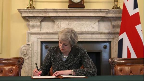 正式启动退欧!英国首相刚才签署了一封历史性文件