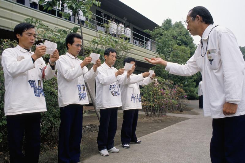 """夜行军、耻辱丝带和尬唱:解密80年代日本企业高层的""""地狱训练营"""""""
