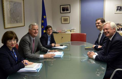 脱欧谈判登场 英国脱欧大臣两手空空赴会遭批